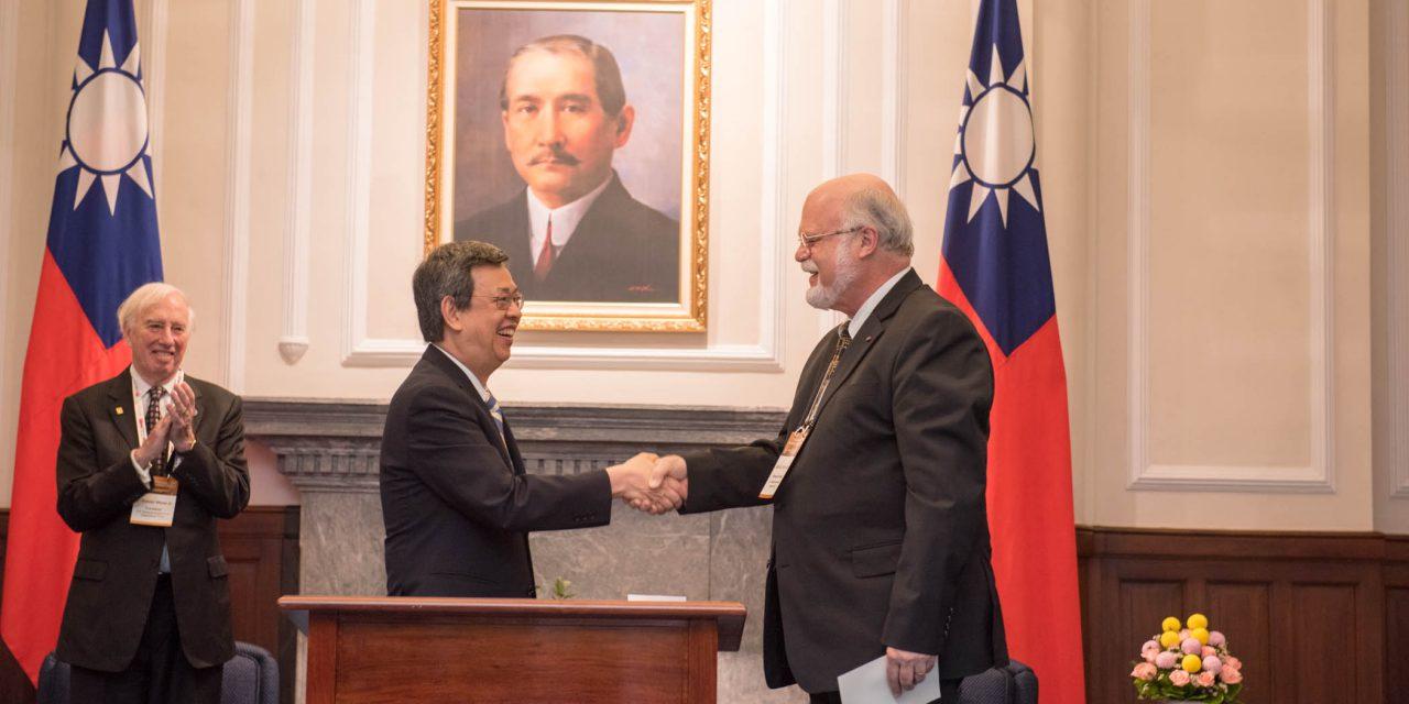 陳副總統獲頒美國國家科學院院士證章